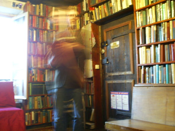 The boundaries between fiction and reality? Lecturer about to disappear in the bookstore Shakespeare and Company in Paris.