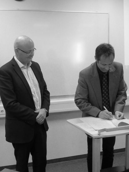 Ögmundur Haukur Knútsson, Dean of UA School of Business and Science, and Peter Weiss, director of UW signing the agreement.